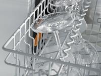 Výškově nastavitelný držák na sklenice vhorním koši